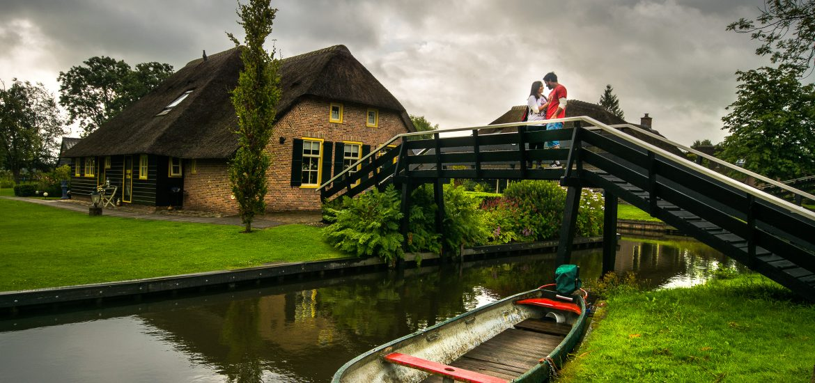 Travel couple photography by Travel Anubhav in Giethoorn